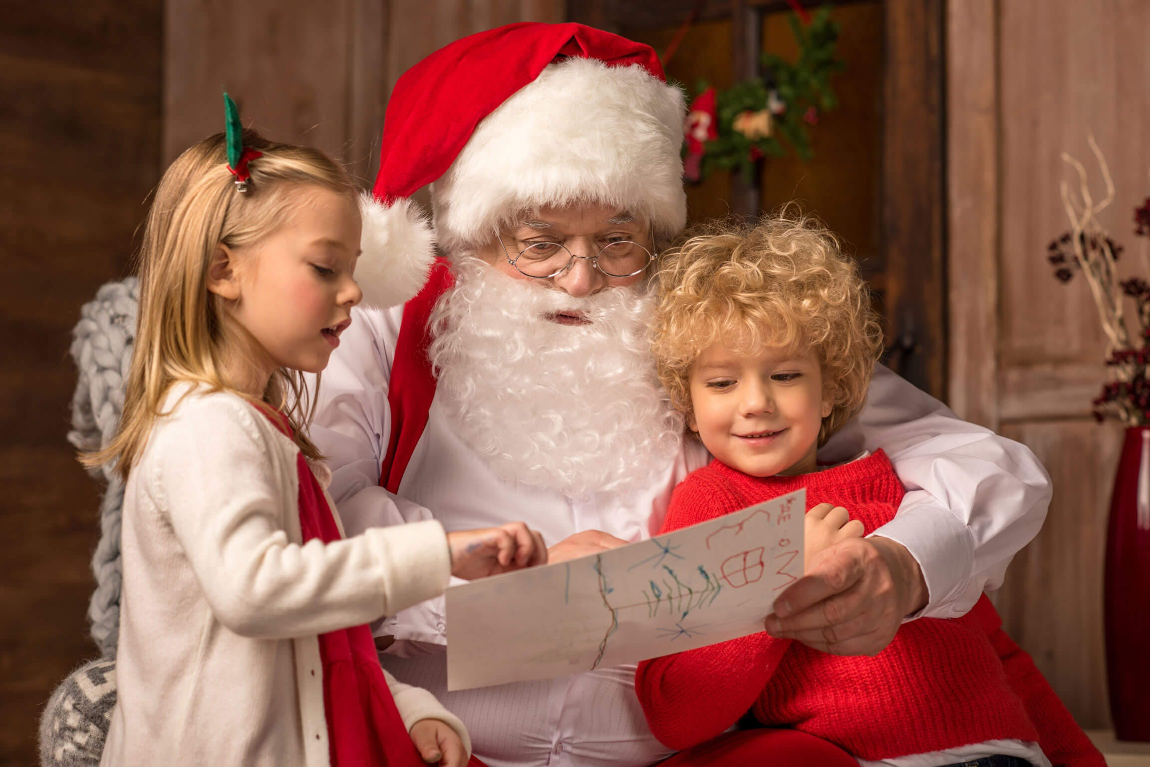 brings-kids-to-take-pictures-with-santa-fort-bend-county-texas
